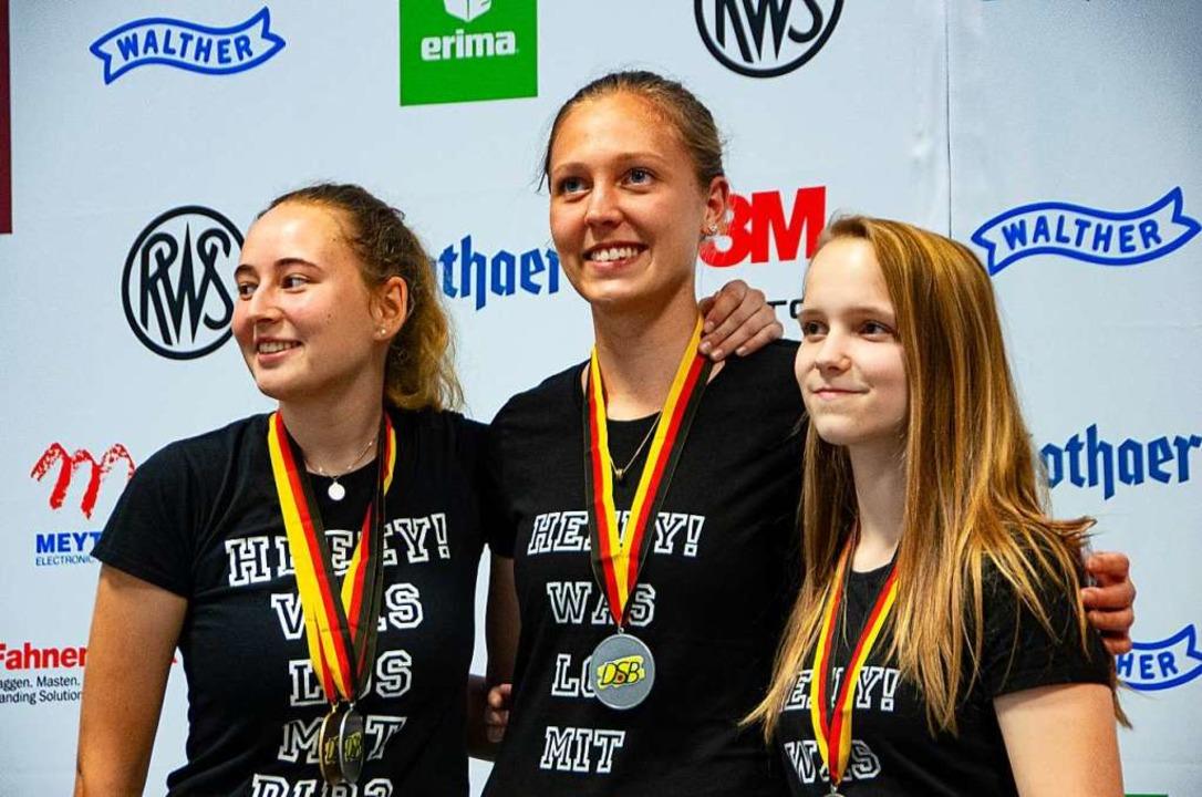 Deutsche Meisterinnen mit der Mannscha...e Katharina Petry und Larissa Weindorf  | Foto: RICHARD FELLNER