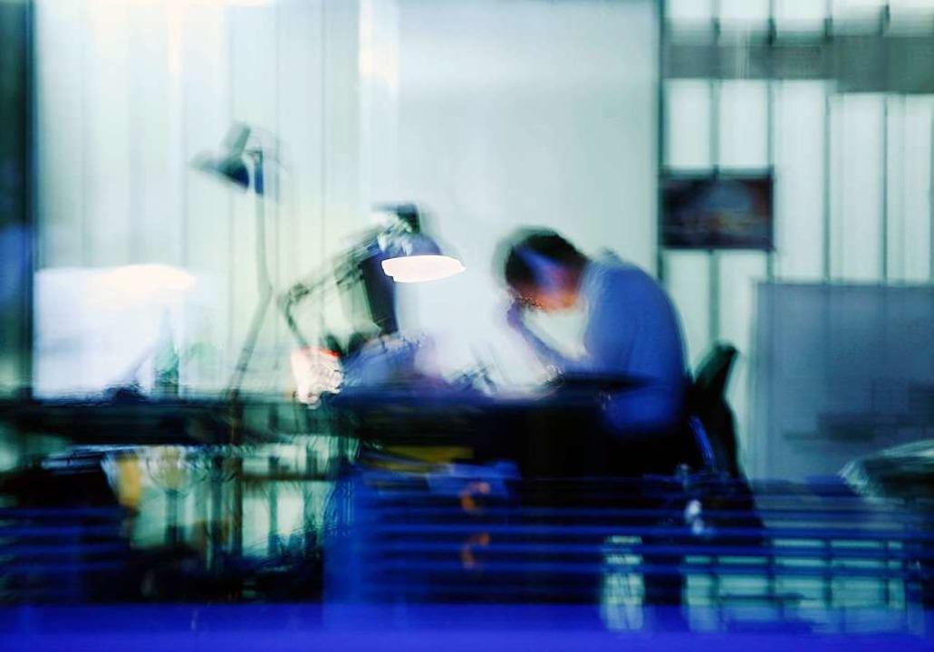 Starke Stressbelastungen am Arbeitsplatz können ein Burnout-Syndrom auslösen.   | Foto: Wolfram Steinberg (dpa)