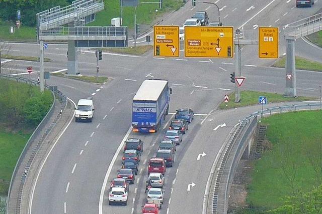 Lastwagen schiebt Auto in Lörrach auf Betonbegrenzung