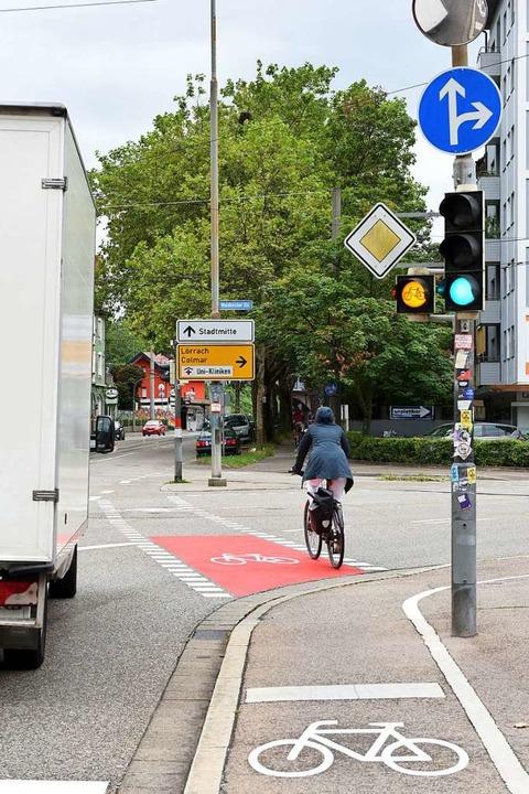 Damit der Radweg von rechtsabbiegenden...gesehen wird, ist er nun rot markiert.    Foto: Rita Eggstein