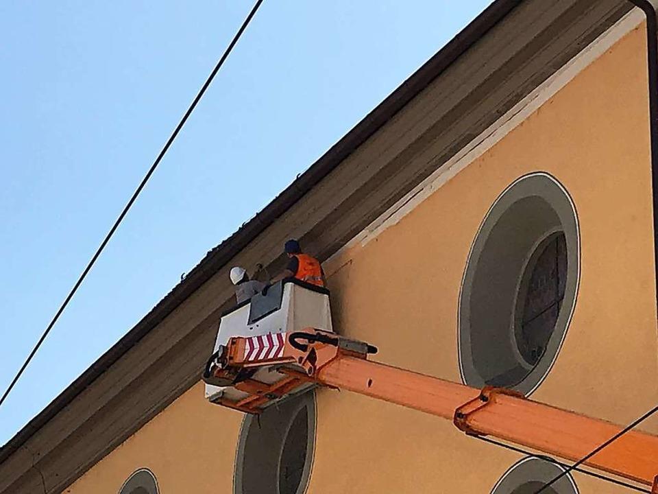 Mit dem VAG-Hubsteiger haben Bauleute ...eums verklebten Dachgesims abgenommen.  | Foto: Bernhard Amelung