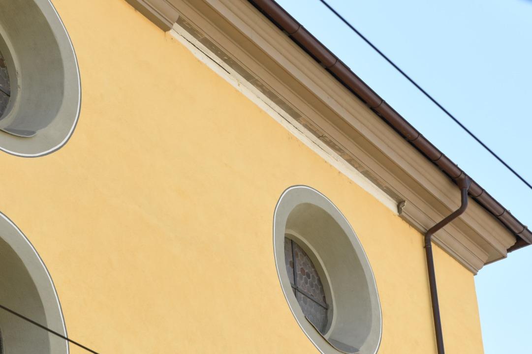 Am Gesims des Augustinermuseums klafft eine Lücke.  | Foto: Rita Eggstein
