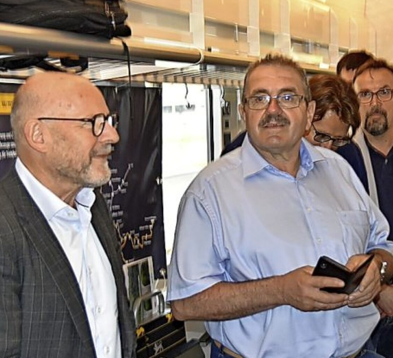 Hat sichtlich Spaß mit dem nagelneuen ...ehrsminister Winfried Hermann (links).  | Foto: Manfred Frietsch