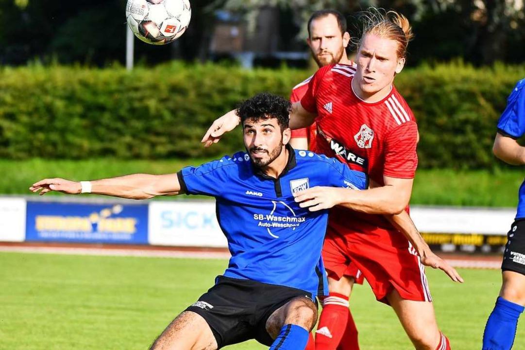 Die Balance verloren: Der FC Waldkirch...rger FC (Konstantin Fries) chancenlos.  | Foto: Achim Keller