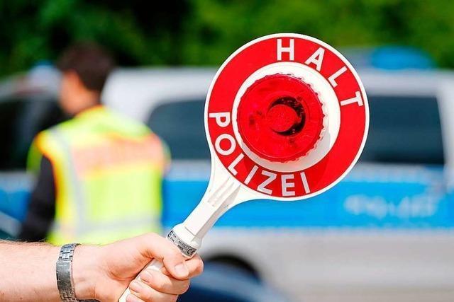 Polizei stoppt in Freiburg schrottreifen Neunsitzer mit elf Menschen an Bord
