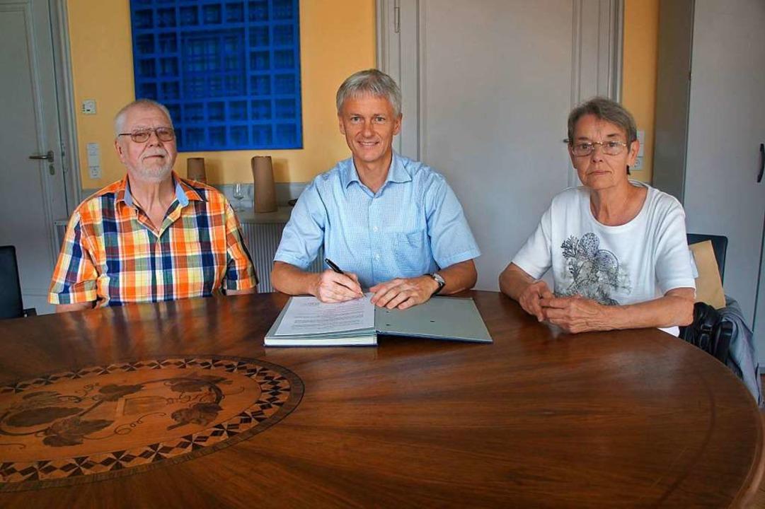 Der Vertrag  der Kleingärtner mit der ...rgermeister  Benitz,  Carmen Schaubhut  | Foto: Stadt Staufen