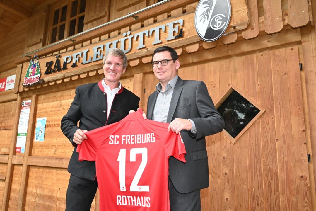 SC-Vorstand Oliver Leki (rechts) und R...ortclub und Staatsbrauerei verlängert.  | Foto: Achim Keller