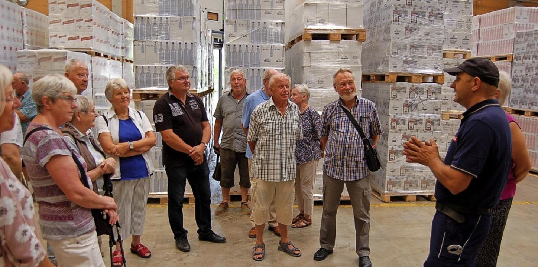 Brennereileiter Stefan Kaltenbach (rec...die Gäste durch Produktion und Lager.   | Foto: Christian Ringwald