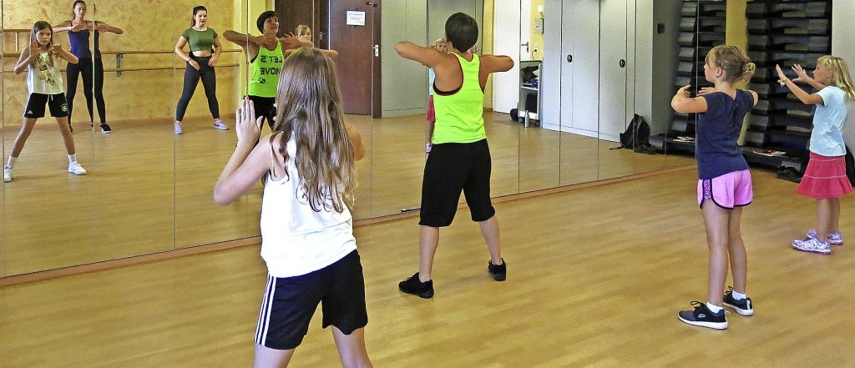Videoclipdancing mit der Tanzlehrerin ...211; der Spiegel zeigt die Bewegungen.  | Foto: Georg Voß