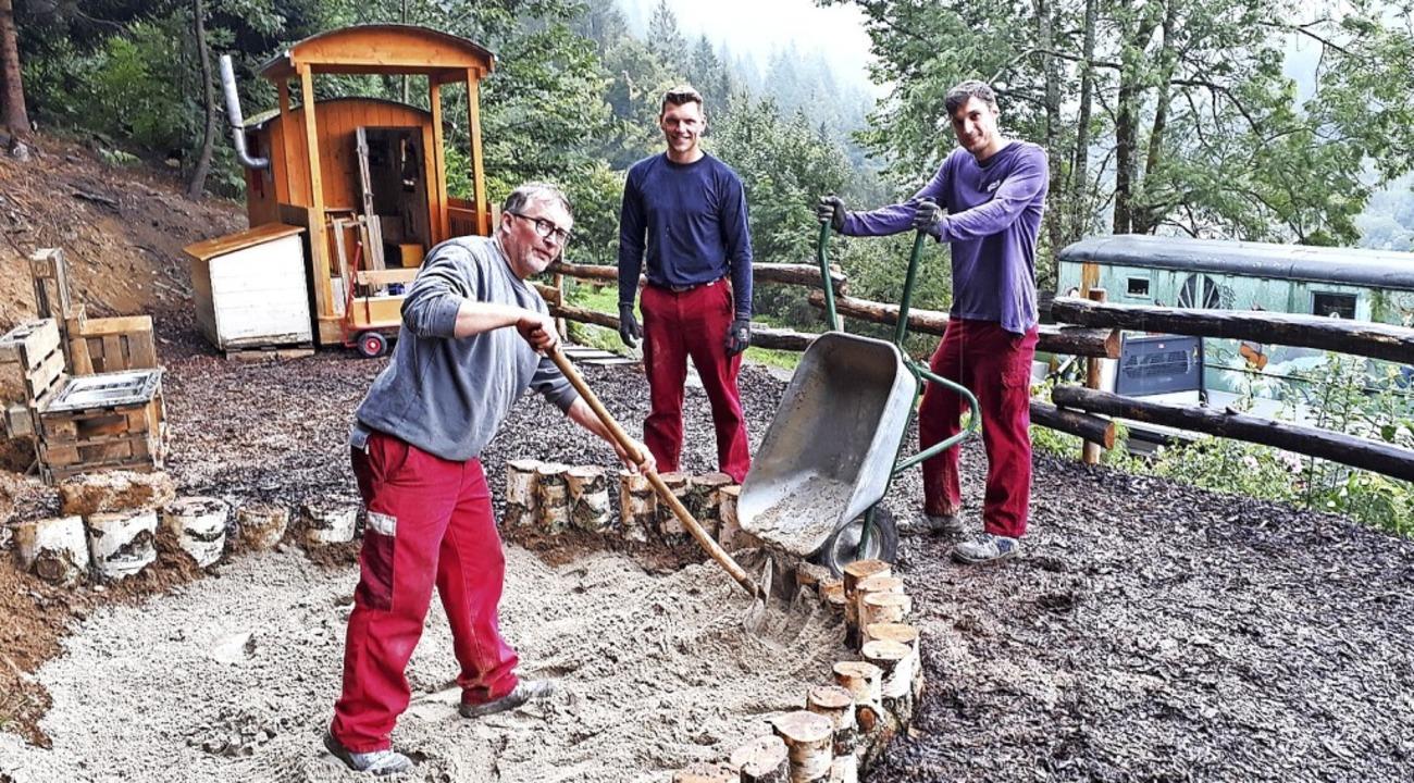 <BZ-FotoAnlauf>Waldkindergarten:</BZ-F...r bauten den Kindern einen Sandkasten.  | Foto: Christoph Buck