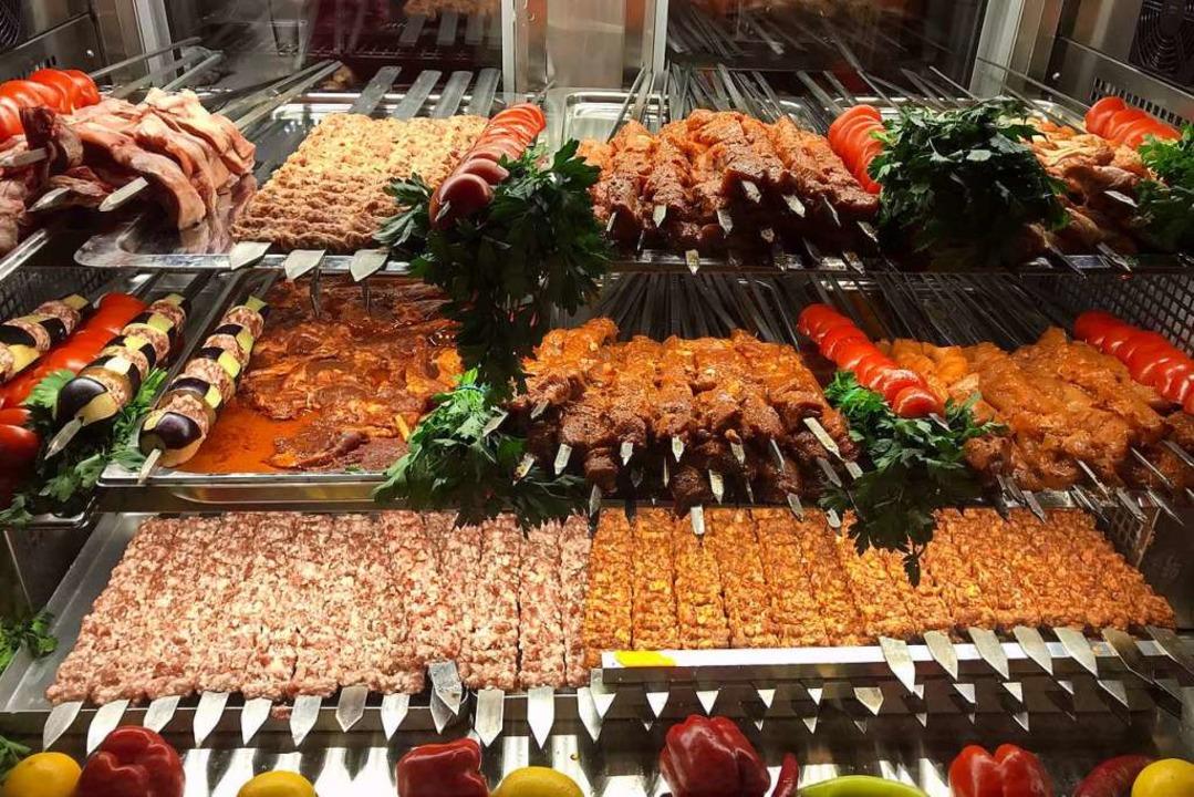 Fertig für den Grill: Jeden Tag wird i...8220; Fleisch über Holzkohle gegrillt.  | Foto: Valentin Heneka
