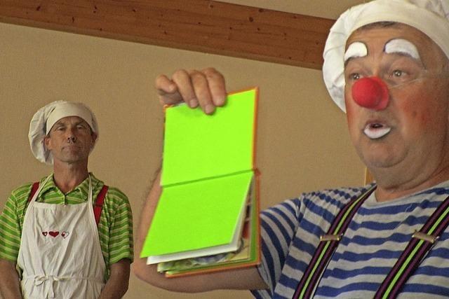 Zwei Clowns kochen ein scharfes Süppchen