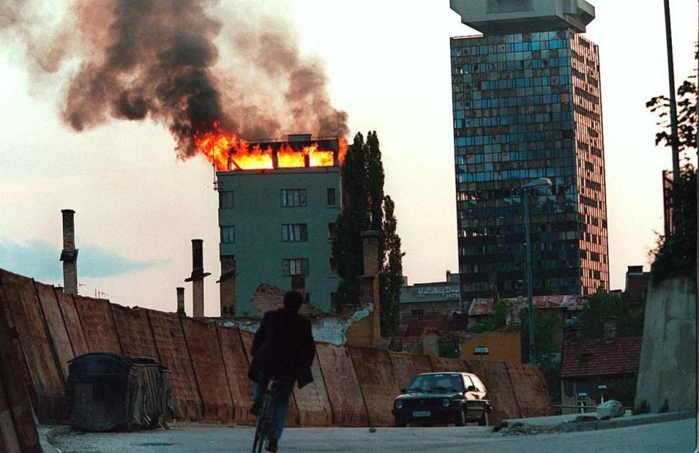 Kriegsbild: 1995 wird dieses Hochhaus von serbischen Bomben getroffen.    Foto: Anja Niedrighaus