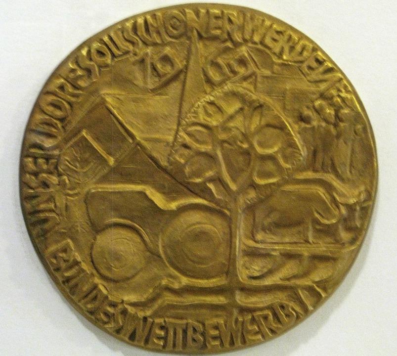 Die Goldplakette, die Bernau damals überreicht bekam.   | Foto: Ulrike Spiegelhalter