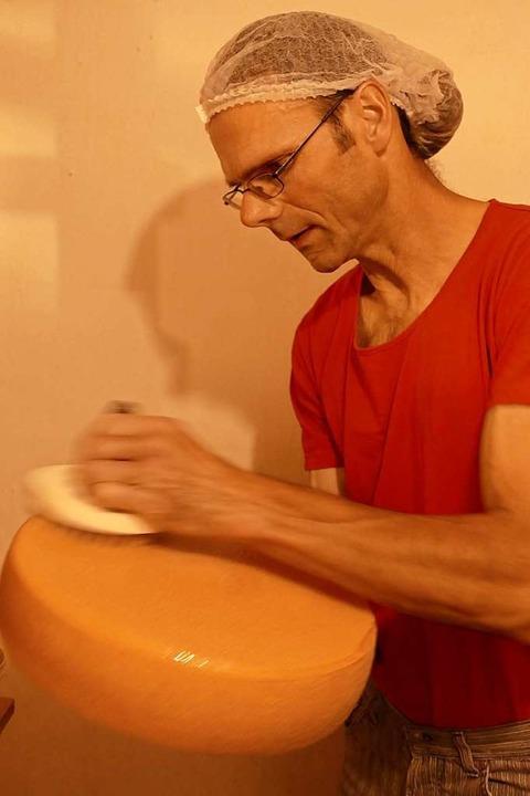 Reinhard Häußermann bei der Pflege des Käses  | Foto: Sarah Trinler