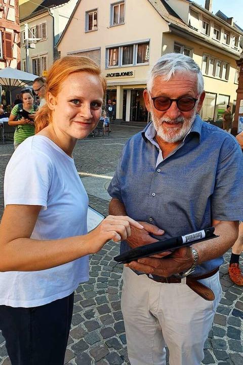 Melissa Bernhardt zeigte einem Passanten, wie der Kandidat-O-Mat funktioniert.  | Foto: Karl Kovacs