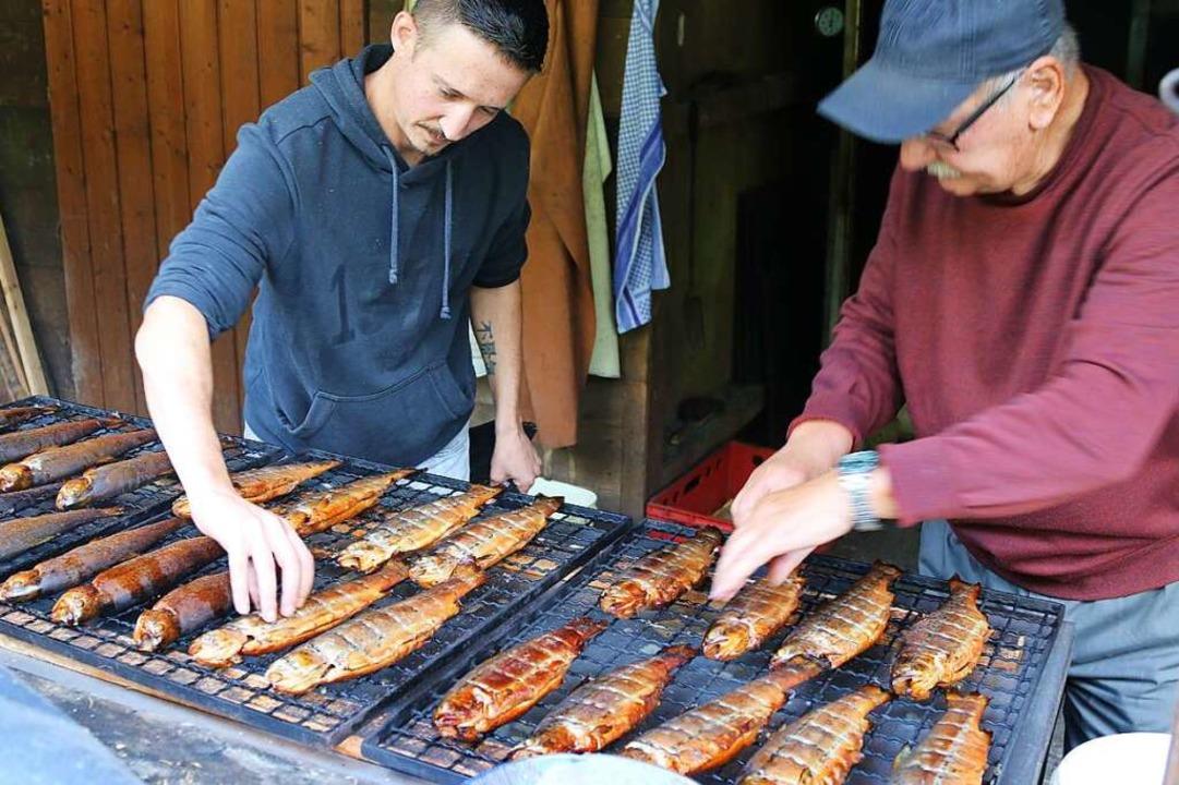Stefan (rechts) und Christian Wimmer: ...nd für das Forellenräuchern zuständig.  | Foto: Katharina Kubon