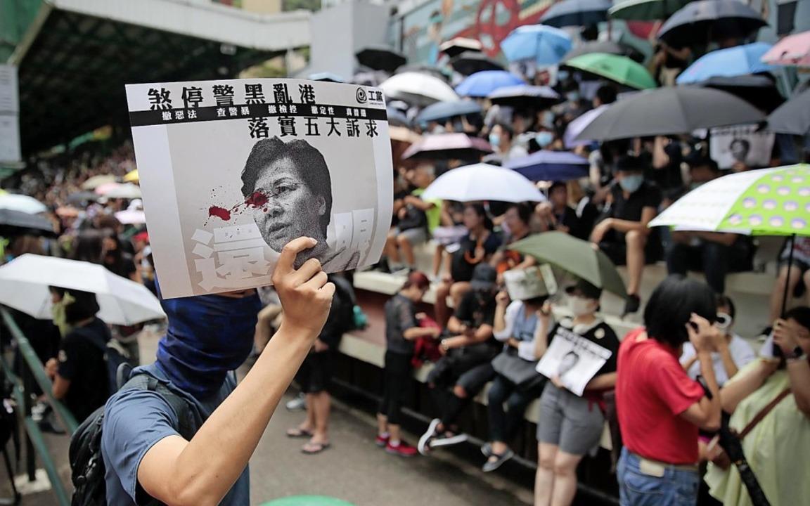 Seit fast drei Monaten kommt es in Hon...ild der Regierungschefin von Hongkong.    Foto: Jae C. Hong