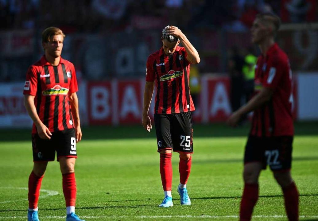 Die Niederlage gegen den 1. FC Köln steckt den SC-Spielern in den Knochen.  | Foto: Patrick Seeger (dpa)