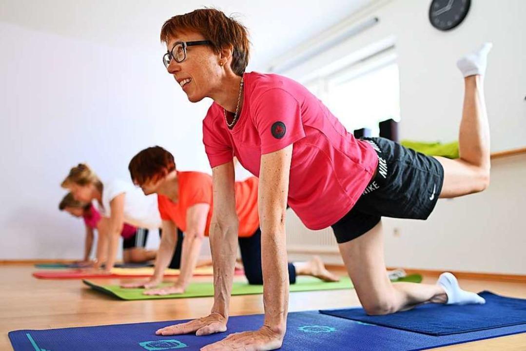 Yoga kann ganz schön anspruchsvoll sei...et sich eher an die Generation 50plus.  | Foto: Patrick Seeger