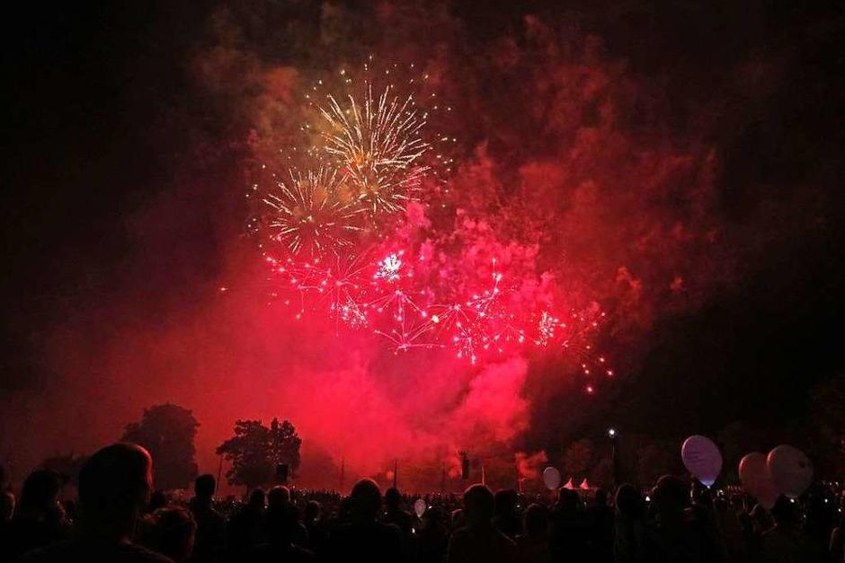 """Einen bunten Abend mit schönen Effekten auf dem Gelände und am Himmel gab es für die Besucher des Festivals """"Flammende Sterne"""". (Foto: Oliver Welti)"""