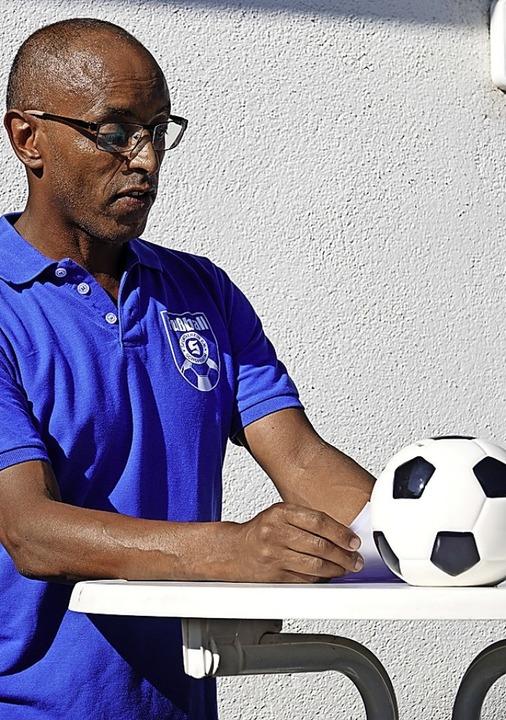 Auf einen prall gefüllten Spendenball hofft SVS-Vorsitzender Tesfaldet Reda.    Foto: Hege