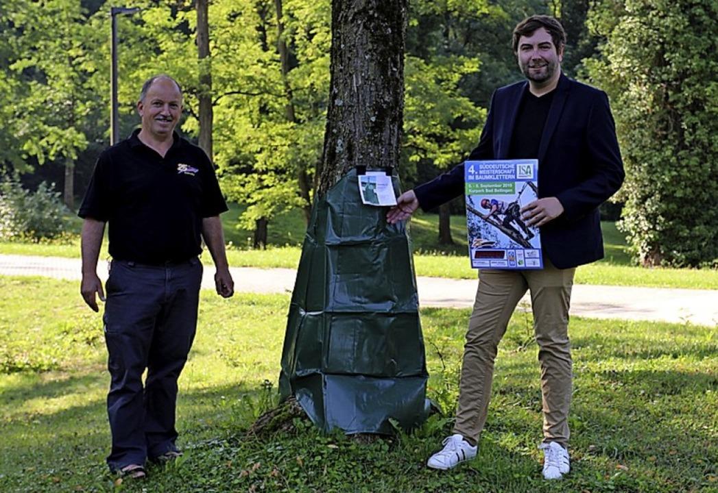 Friedrich Drayer überreicht  Kurgeschä...wässerungssäcke für Bäume im Kurpark.   | Foto: BuK
