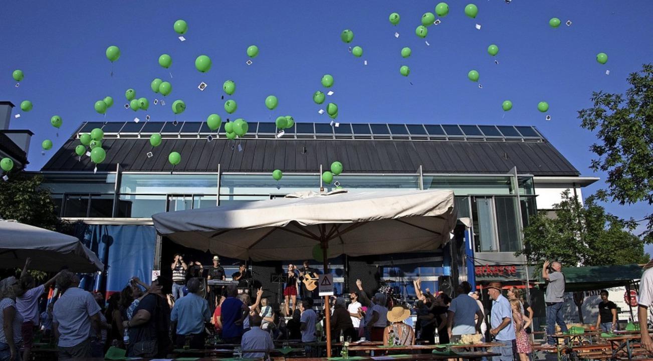 Für hörgeschädigte Kinder und Jugendli...tz. Auch eine Luftballonaktion gab es.  | Foto: Volker Münch