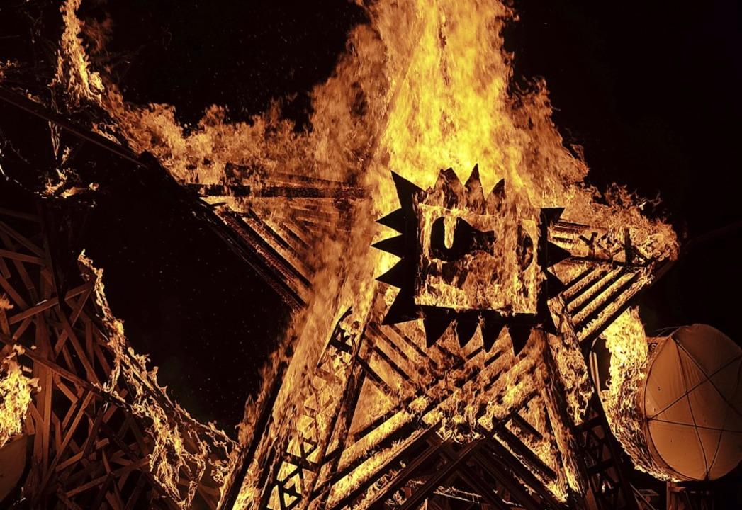 """Die Feuerskulptur """"Ornamente&#82... einem großen Publikum in Flammen auf.    Foto: Sebastian Barthmes"""