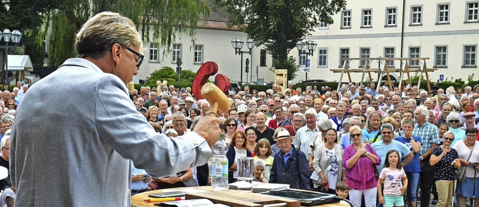 Publikum und Auktionator Hansy Vogt ha...nks) von Karin Hofer aus der Schweiz.     Foto: Sebastian Barthmes