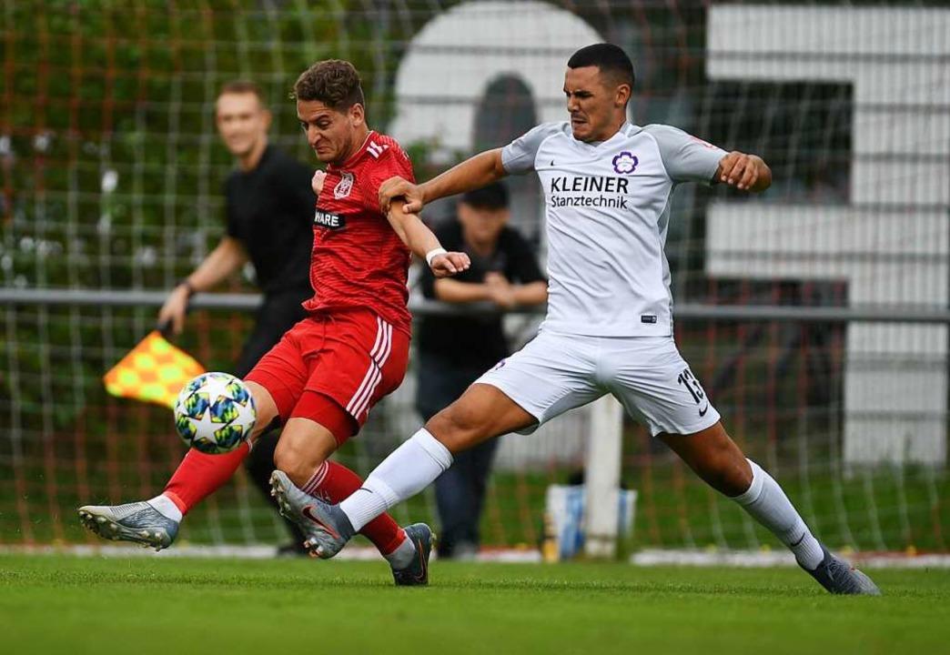 Auch diese Flanke von  Felix Dreher (l...einem Torerfolg für den Freiburger FC.    Foto: Patrick Seeger