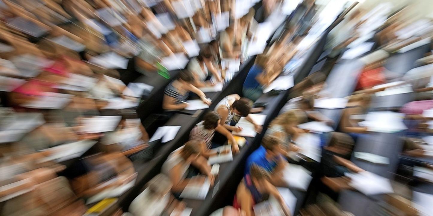 Studenten an der Uni Heidelberg: Die K...rg bis 2030 bei rund 70000 einpendelt.    Foto: Uwe Anspach