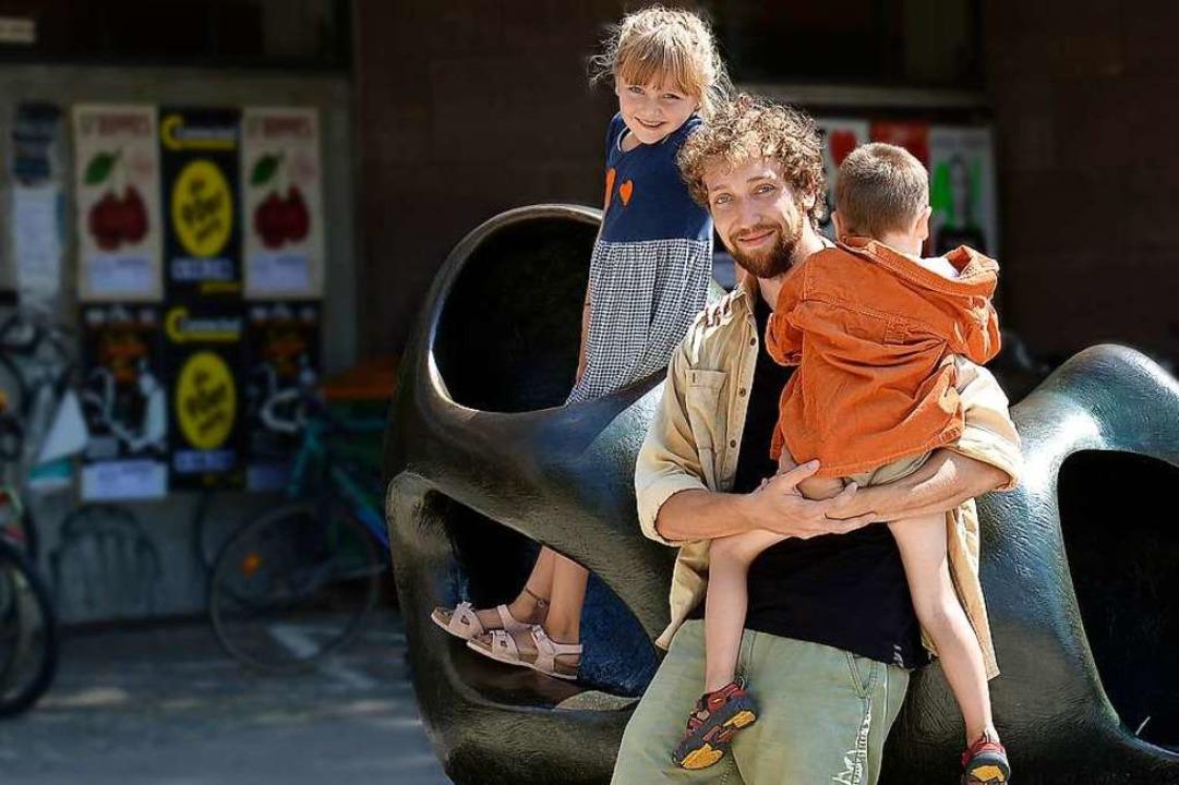 Benjamin Dudschuß mit seiner Tochter L...son (4) vor dem KG II der Universität.  | Foto: Ingo Schneider