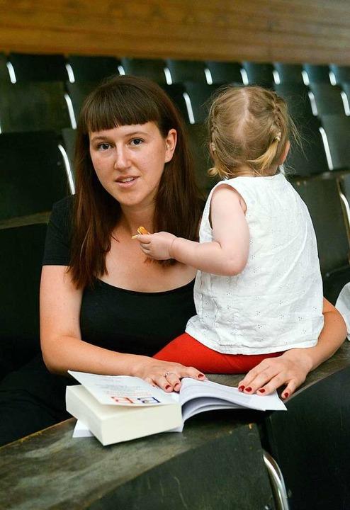 Mia Bruder mit ihrer kleinen Tochter im Hörsaal  | Foto: Ingo Schneider