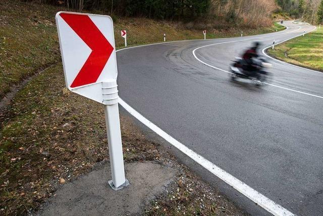 Motorradfahrer rutscht bei Schlechtbach in die Leitplanke und verletzt sich schwer