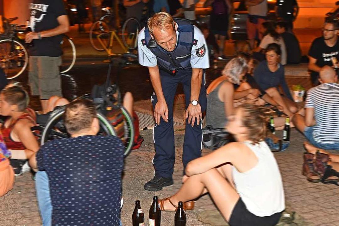 Johannes Schweizer vom Vollzugsdienst ...tet die Leute, den Platz zu verlassen.  | Foto: Rita Eggstein