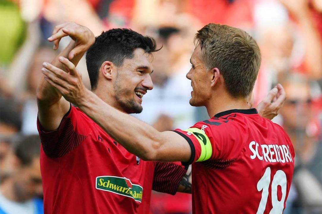 Tim Kleindienst (links) bejubelt eines...er SC-Bundesligatore mit Nils Petersen    Foto: Patrick Seeger