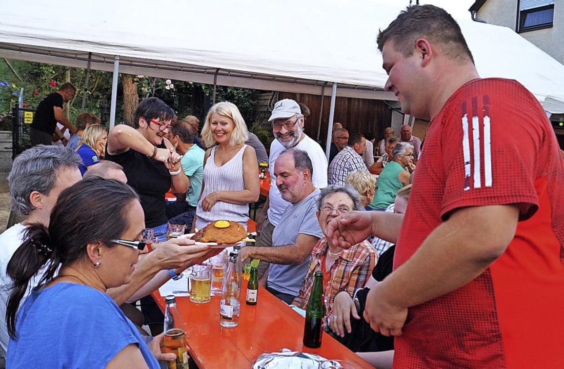 Ein Schnitzel geht immer. Gemütliche G...Peter-Kiefer-Gedenkfest in Hertingen.   | Foto: Silke Hartenstein