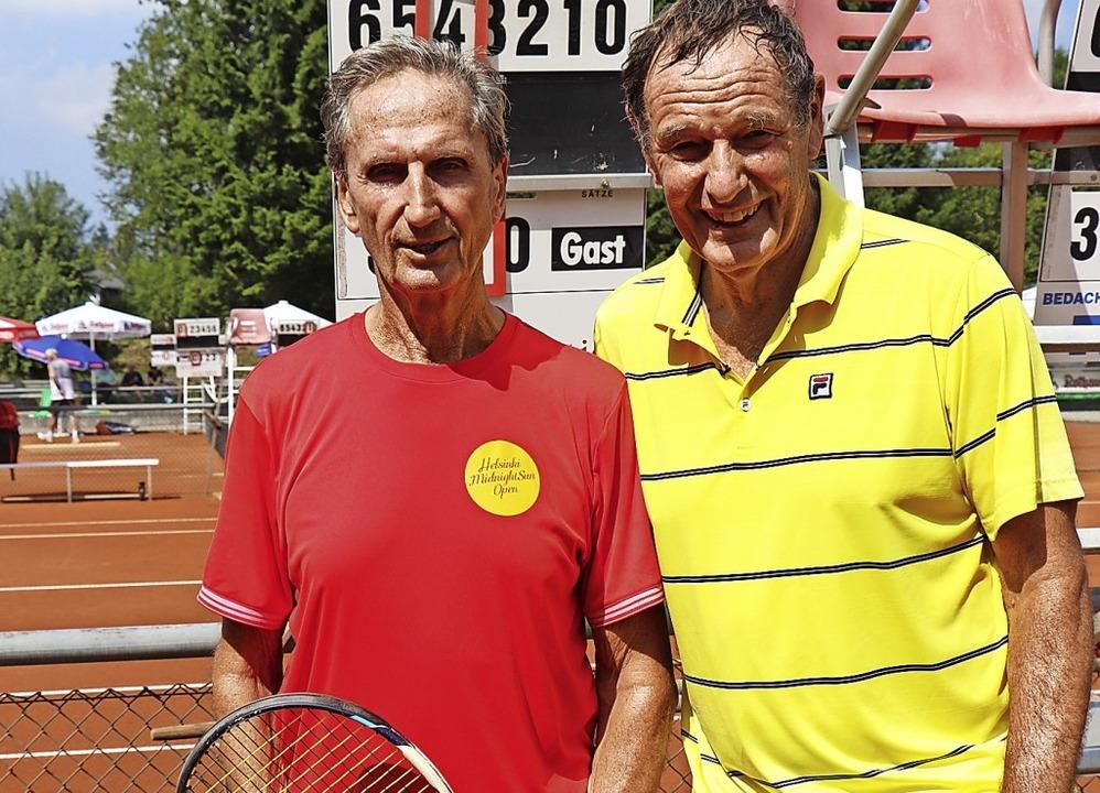 Bernd Ganther (links) und Wolfram Schm.... Ganther siegte glatt in zwei Sätzen.  | Foto: Dieter Maurer