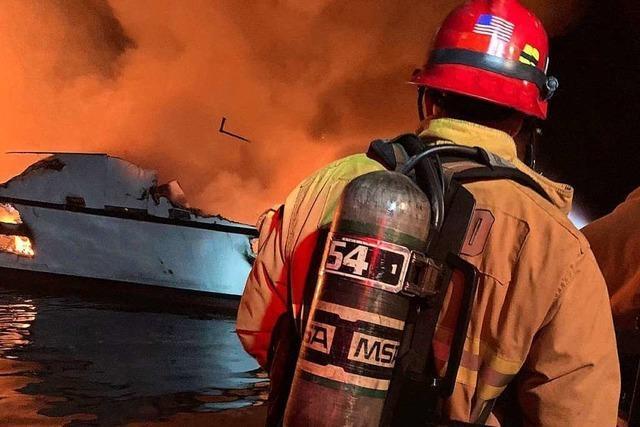 34 Vermisste nach Brand auf Ausflugsboot