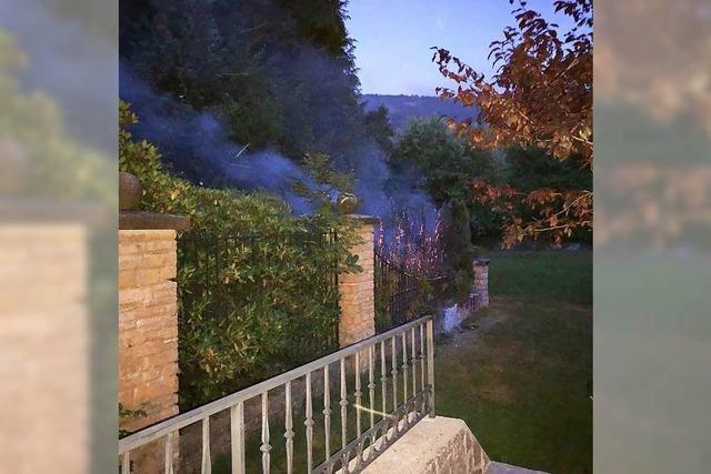 Polizei sucht Zeugen zum Brand einer Hecke