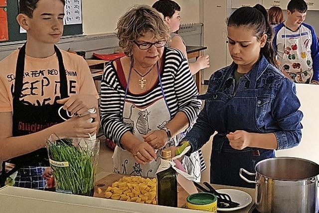 Schüler kochen mit Senioren