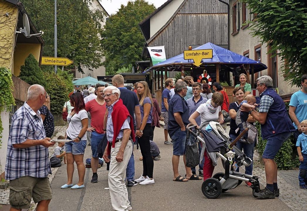 Reges Treiben und guten Appetit herrsc...erplatz bis zur Kirche in Oberwinden.   | Foto: Helmut Häringer