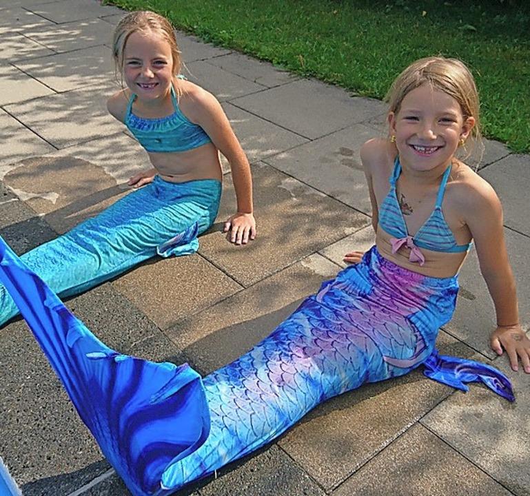 Diese zwei Meerjungfrauen haben auch d...etragen, dass 2000 Euro zusammenkamen.  | Foto: Privat