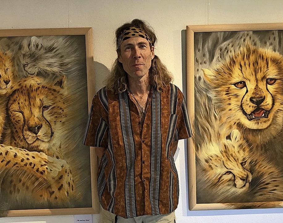 Der Tierfilmer ist auch ein begnadeter...er: Barfuss zwischen seinen Arbeiten.     Foto: Matto Barfuss (Geparden) und Porträt dvn
