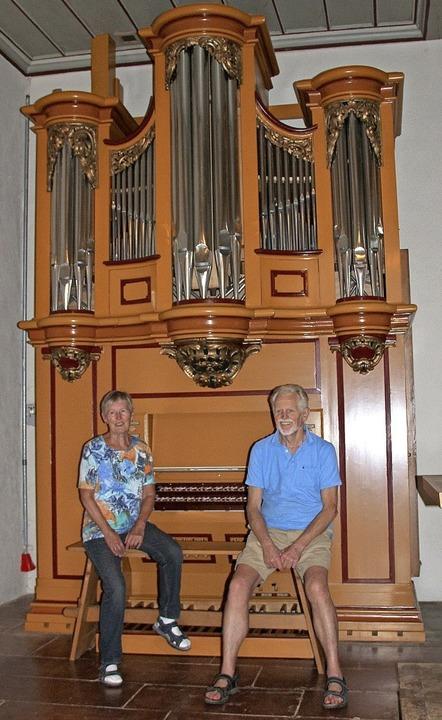 Zufrieden:  Helene Kolbe und Dieter Waldmann vor der neu gestrichenen Orgel   | Foto: Rolf-Dieter Kanmacher