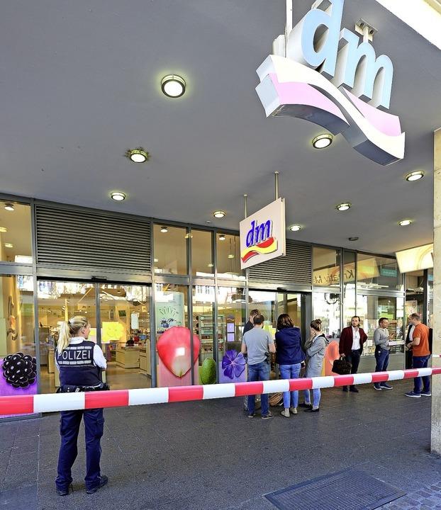Einkaufen nicht erlaubt: Erst musste a...g der Statiker ran, danach die Kripo.   | Foto: Ingo Schneider