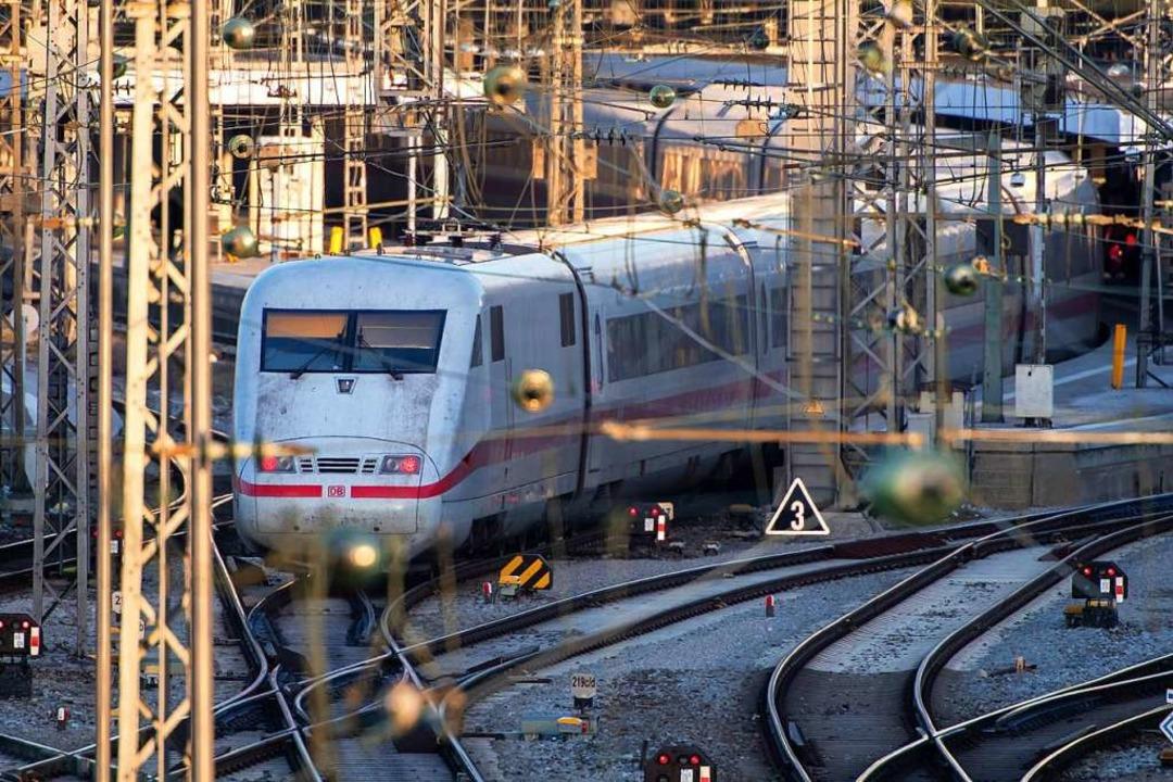 Ist in der schlechtesten Verfassung seit der Privatisierung: die Bahn  | Foto: Peter Kneffel (dpa)
