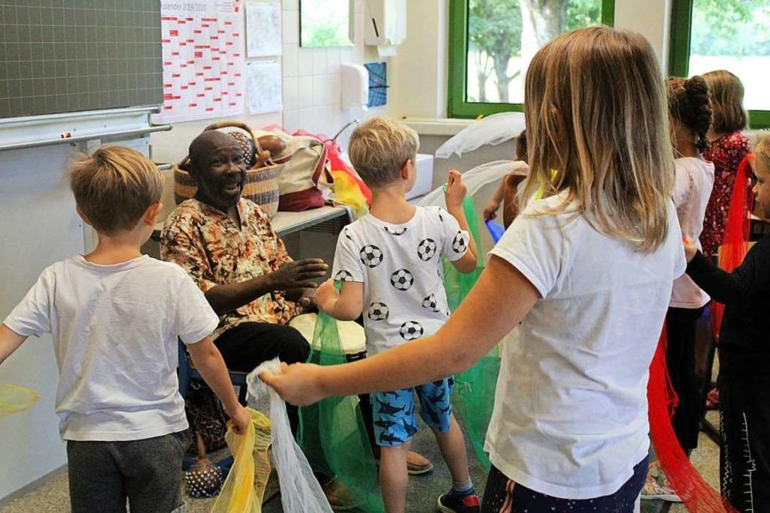 Kofi Onny gibt Grundschulkindern Tromm...nch ein Rassist hat damit ein Problem.  | Foto: Annika Sindlinger