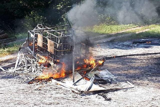 Kerosinanhänger geht in Flammen auf – ein Verletzter in Häusern